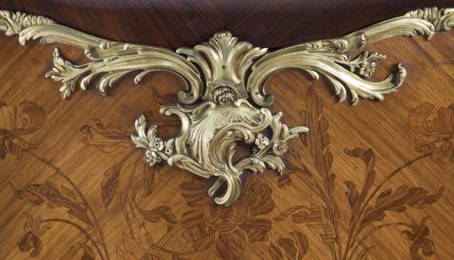 Entredós de estilo Luis XV de madera de caoba, marquetería