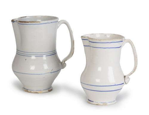 Dos jarros de cerámica esmaltadas en blanco con líneas azul