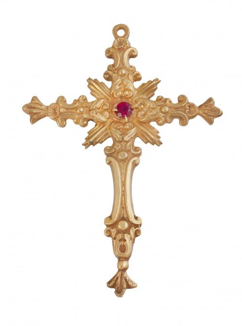 Cruz pectoral en plata dorada con diseño barroco. Punzones