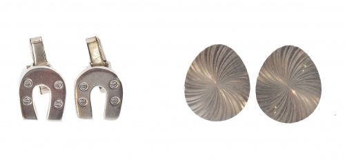 Dos pares de gemelos de plata, uno con diseño de herradura