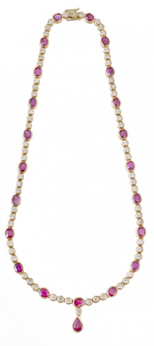 Collar rivière de rubíes de talla oval alternos con trios d