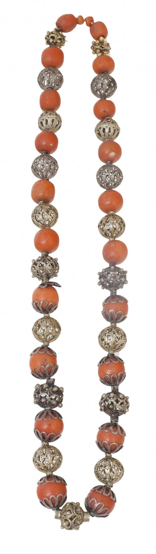 Collar popular español S. XVIII con cuentas de coral altern