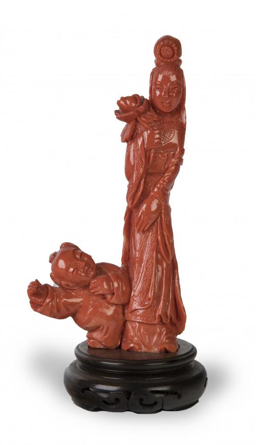 Figura femenina con niño en coral rojo tallado.Trabajo ch