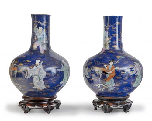 Pareja de jarrones de porcelana esmaltados en azul con pers