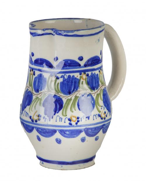 Jarro de cerámica esmaltada decorado con un friso de hojas