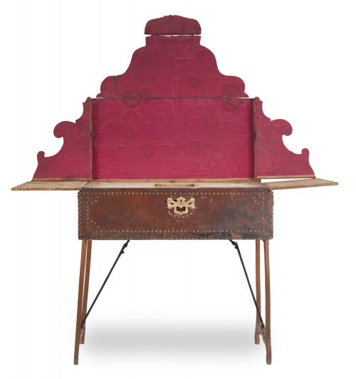 Altar de campaña con alma de madera encorada, tachonada y t