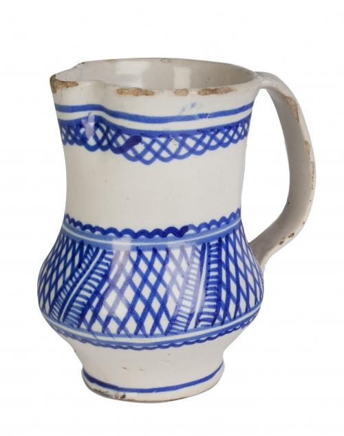 Jarra de cerámica en azul y blanco, decorada con friso con