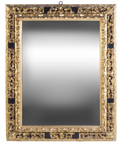 Espejo con marco de madera tallada, dorada y policromada.