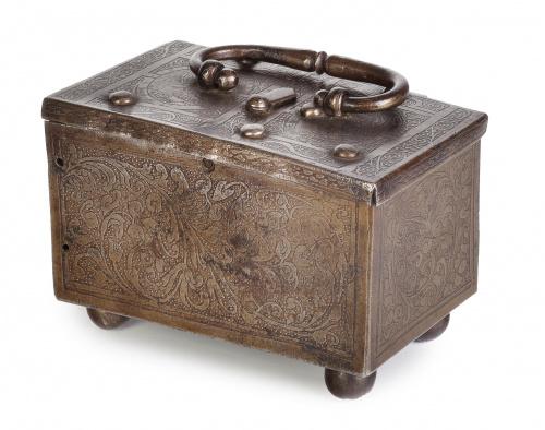 Caja fuerte en hierro, con policromía en el interior y deco