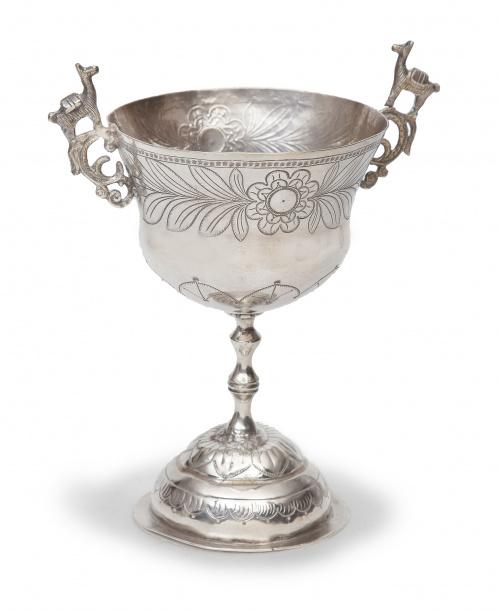 Copa en plata con dos asas de plata en su color.Quizás Pe
