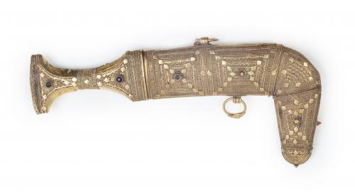 Daga o jambia con funda y empuñadura de oro y piedras en ca