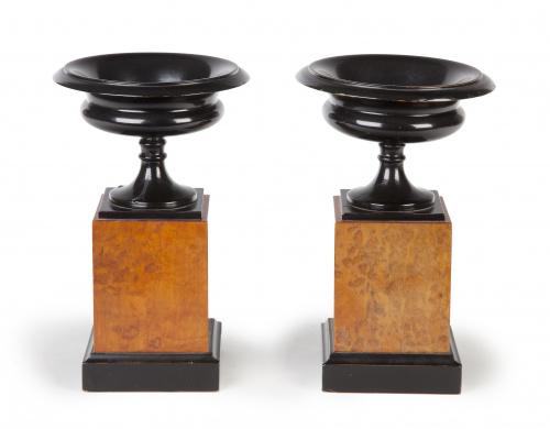 Pareja de copas en madera tallada, S. XX.