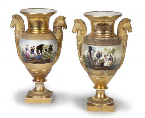 Pareja de jarrones de porcelana esmaltada y dorada a fuego.