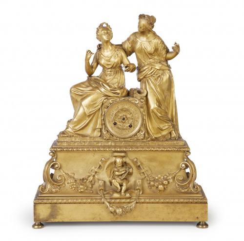 Reloj Luis Felipe de bronce dorado, con dos figuras alegóri