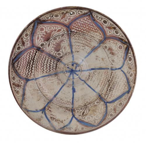 Plato en cerámica esmaltada de reflejo metálico y azul coba