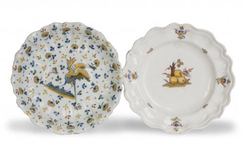 Dos platos de cerámica esmaltada de la serie alcoreña.Tal