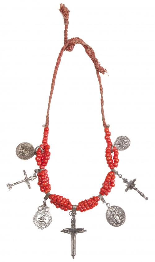 Collar corto popular con tres cruces y cuatro medallas colg