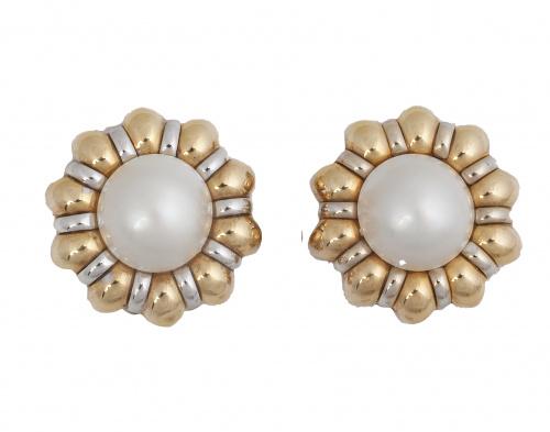 Pendientes flor de pétalos gallonados con perla mabe central