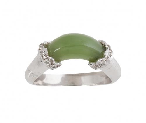 Sortija de oro blanco con jade verde de forma arqueada, ent