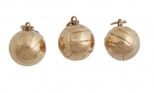 Conjunto de tres colgantes esféricos con decoración grabada
