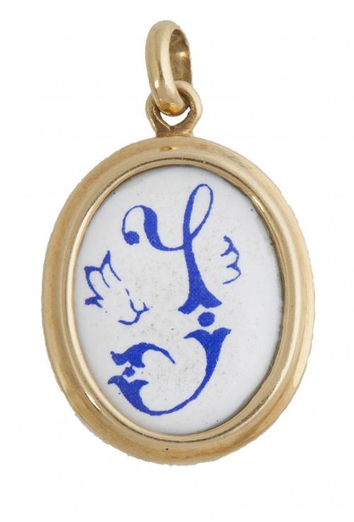 """Colgante oval con letra """"J"""" en esmalte azul sobre fondo bla"""