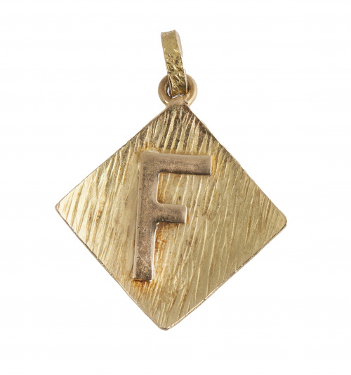 """Colgante con letra """"F"""" aplicada sobre rombo cóncavo de oro"""