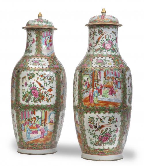 Pareja de jarrones en porcelana esmaltada de la familia ros