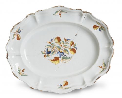 Fuente de cerámica esmaltada, con decoraciòn de frutos.Se