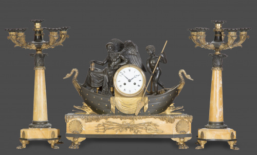 Guarnición en mármol y bronce patinado y dorado, con figura