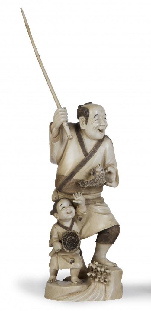 Okimono de marfil tallado con pescador con caña y niño.Ja