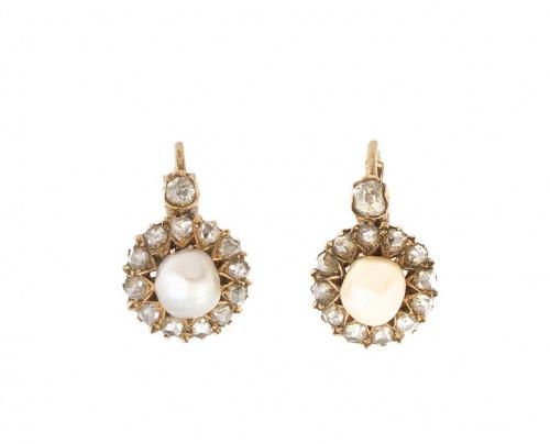 Pendientes de pp. S. XX con perla orlada de diamantes