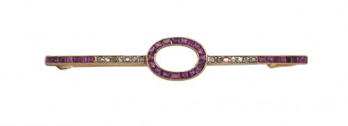Broche alfiler c. 1910 con rubíes calibrados y diamantes
