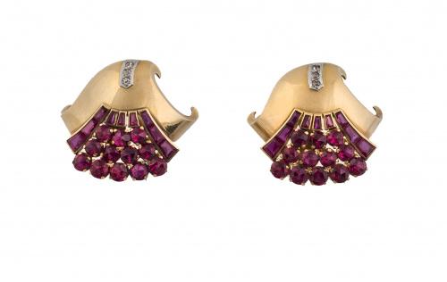 Pareja de broches clip chevalière años 40 con rubíes sintét