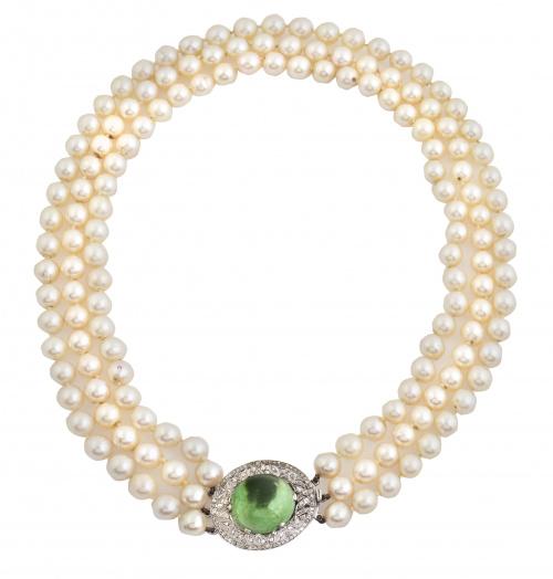 Collar Art-Decó de tres hilos de perlas chocker, con gran c