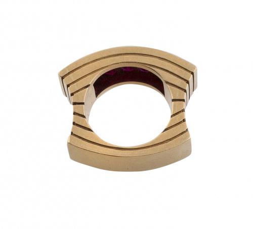 Sortija chevalière de original diseño con gran banda centra