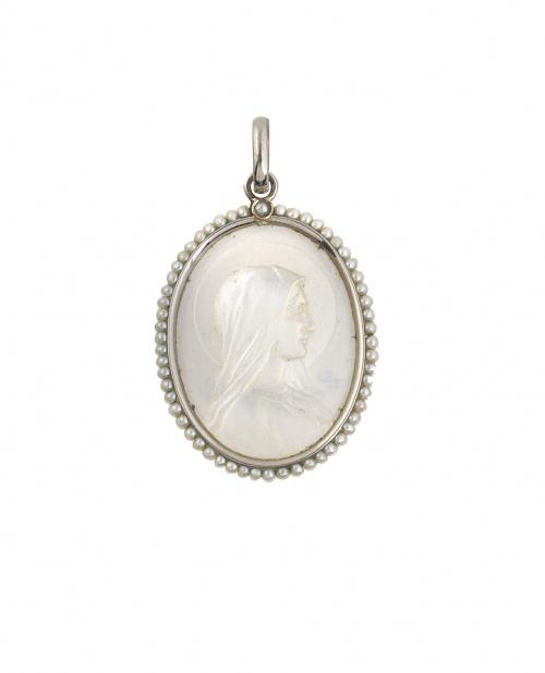 Medalla colgante Art-Decó con Virgen en nácar orlada de per