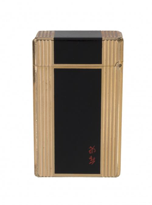 Encendedor DUPONT lacado en negro y plaqué or. con decoraci