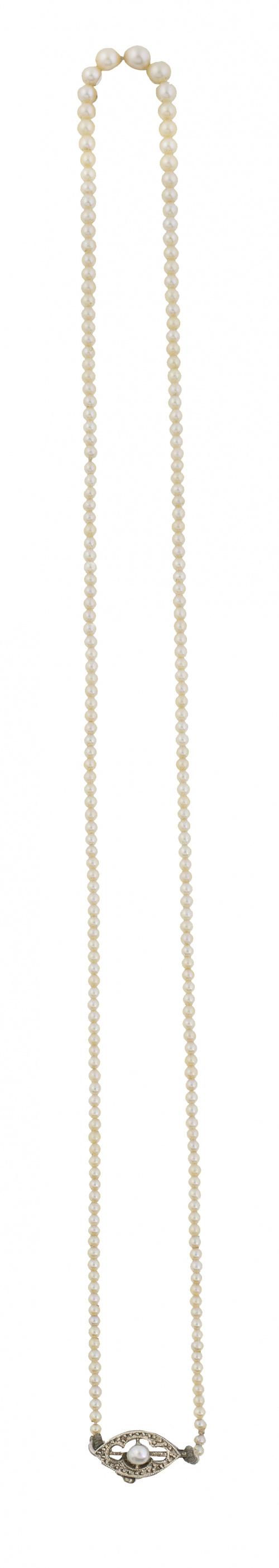 Delicado collar años 30 de pequeñas perlas de tamaño gradua