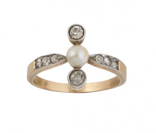 Sortija años 30 con perla central, entre dos brillantes de