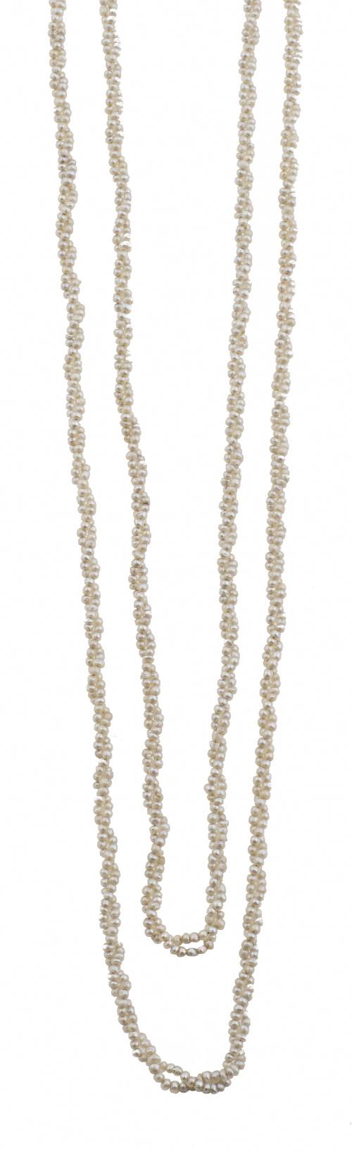 Collar de pp. S. XX con dos hilos de pequeñas perlas, proba