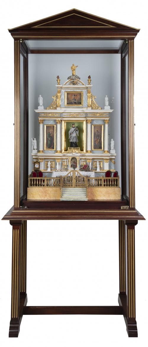 Maqueta de retablo de madera tallada, estucada y dorada.T