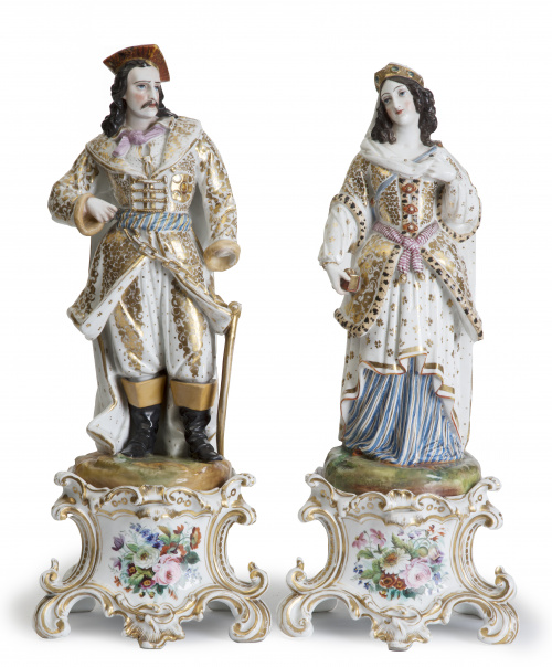Pareja de figuras de porcelana esmaltada y dorada, vestidas