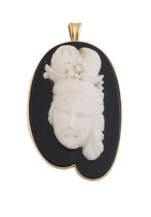 Broche colgante vintage con busto de dama oriental tallado