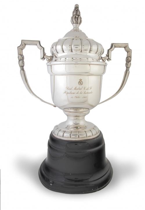 Copa del Real Madrid en metal plateado grabada con leyenda: