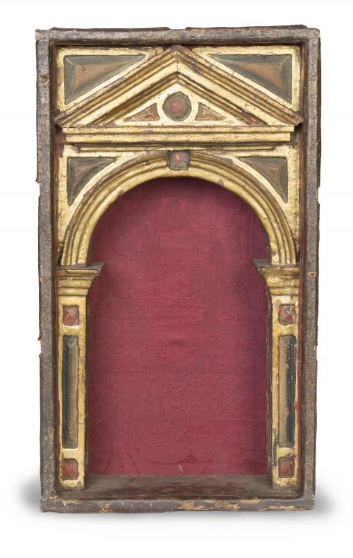 Capilla en madera tallada, policromada y dorada.Trabajo e