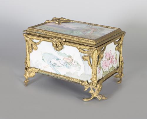 Caja art-nouveau de porcelana esmaltada con metal dorado.T