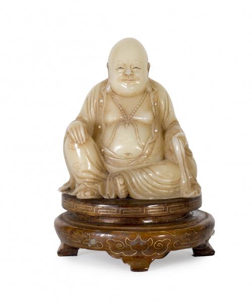 Buda en piedra dura con remates en la vestimenta de perlas