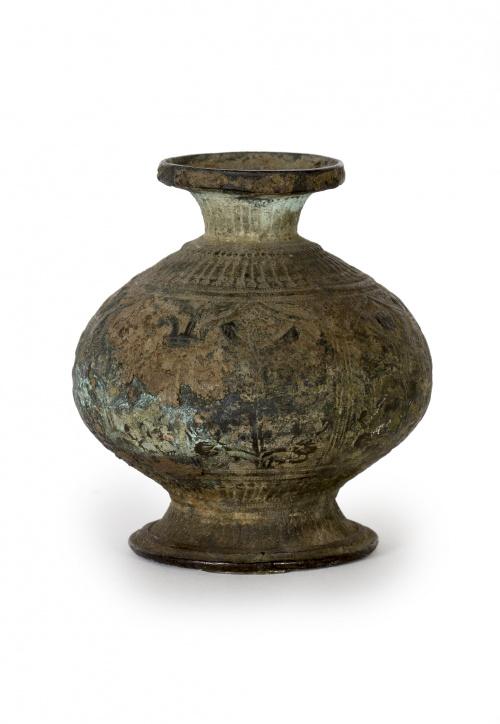 Jarrón en bronce sobre peana de maderaPosiblemente tibetan