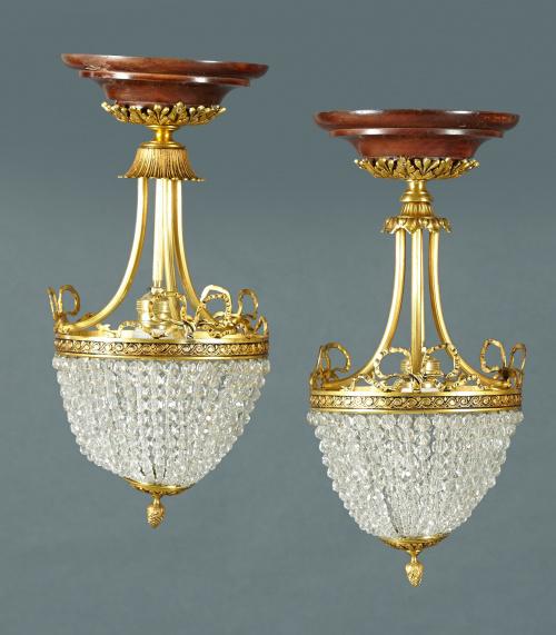 Pareja de lámparas de estilo Luis XVI, de metal dorado y cr