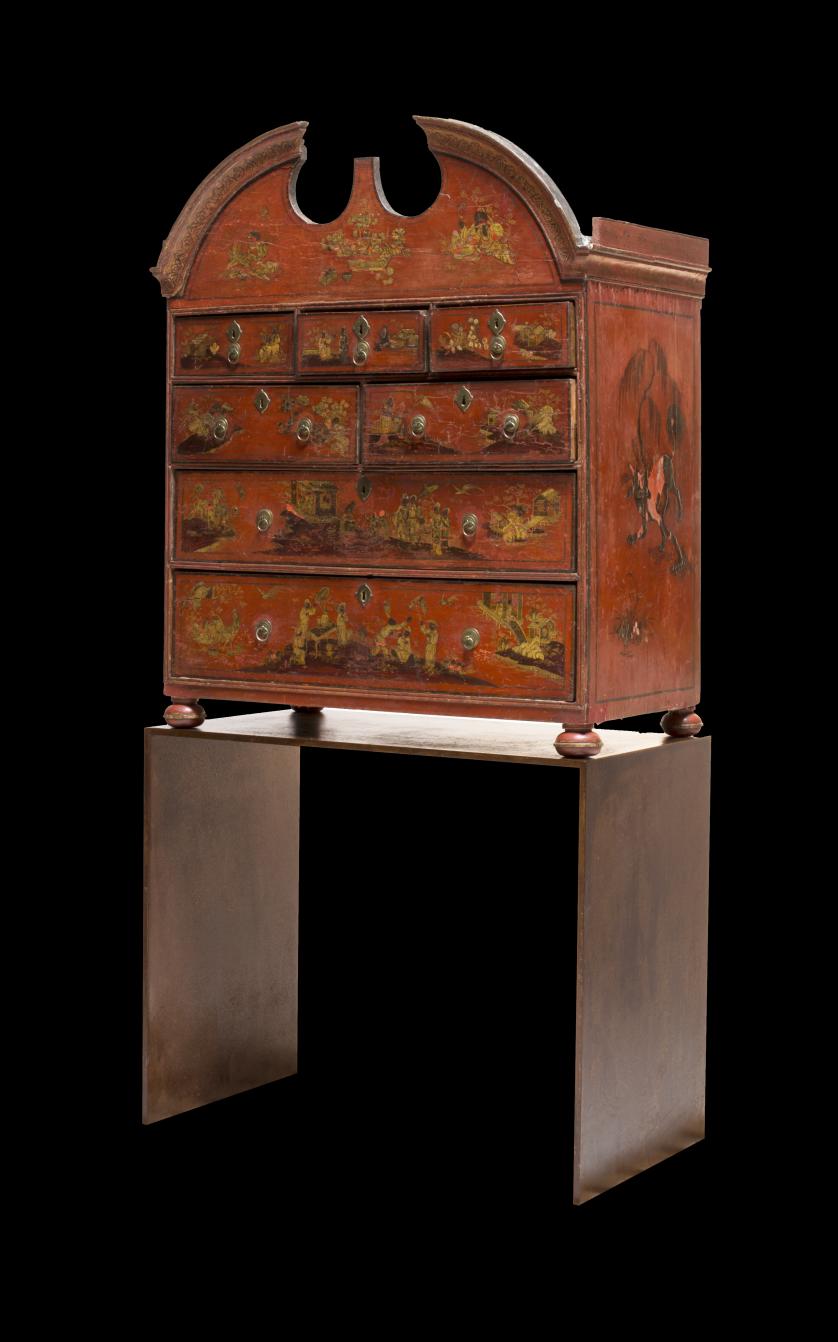 Cabinet Jorge II de madera lacada de rojo y dorada, decorad